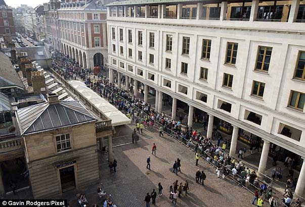 queues for ipad 2 in london